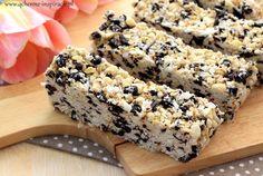 Batoniki z ziarnami zawojowały polski rynek. Orzechy, nasiona, rodzynki, czekolada – taki skład ma większość z nich. Oferowane i kupowane są jako zdrowa przekąska pełna magnezu i kwasów tłuszczowych z rodziny Omega3. Niestety zaraz obok znajduje się solidna dawka słodyczy w postaci gorszego od cukru syropu glukozowo – fruktozowego i zapychający żyły, najtańszy olej palmowy. …