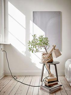 Pour démarrer la semaine, une jolie visite d'un appartement dans des tons blanc/crème, lumineux et naturel à découvrir.