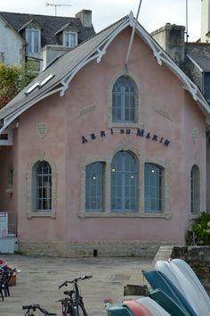 Dans le petit port de Sainte Marine, face à Bénodet, l'abri du marin expose fièrement sa facade rose ! | Finistère Bretagne