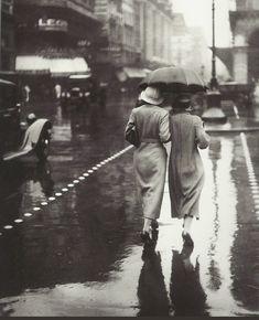 Deux dames traversent les boulevards, vers 1930, sous la pluie... (photo anonyme)
