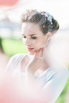 noni noni Brautkleider 2016 | romantische Braut mit elegantem Strickjäckchen in Salbei und passendem Fascinator (www.noni-mode.de - Foto: Le Hai Linh)