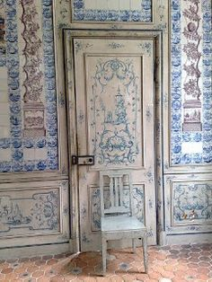 Amalienburg kitchen door - walls in Dutch tiles. Handmade tiles can be colour coordinated and customized re. shape, texture, pattern, etc. by ceramic design studios