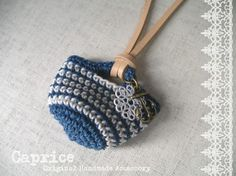 ブルーとホワイトの糸でミニマルシェバッグを編み、ネックレスにしました。小さくても、本物のマルシェバッグのようにリアルです。ポイントに、ホワイトコートのすかしパ...|ハンドメイド、手作り、手仕事品の通販・販売・購入ならCreema。