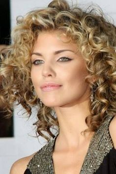 Cortes de pelo rizado corto, media melena, largo. Cortes bonitos para el pelo rizado oscuro. 40 fotos de las tendencias. Vídeos.
