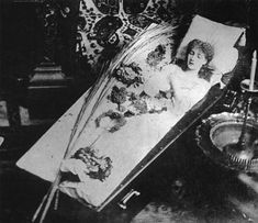 The Great Sarah Bernhardt Asleep in Her Coffin, Silver gelatin print, circa 1882 (She was not dead-she had a habit of doing this as she thought it would enhance her skill with tragic roles. Rare Photos, Vintage Photographs, Old Photos, Memento Mori, Photos Rares, The Great, Post Mortem Photography, Funeral Photography, Six Feet Under