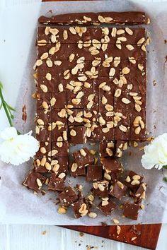 Helppo+nopea+kolme ainetta=herkulliset maapähkinävoi-suklaaherkut!   Koko viime vuosi on ollut meidän keittiössä melko suklaavoittoista....