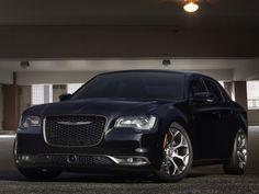 Voir cette image sur PhotosCar: Avec les Chrysler 200S et 300S édition Alloy 2016, Fiat Chrysler Automobiles (FCA) veut mettre en valeur le « style propre à la marque de Détroit » à l'aide d'une finition mariant le bronze foncé et le titane.