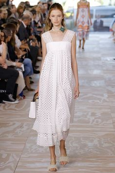 Tory Burch Spring 2017 Ready-to-Wear Fashion Show - Anna Lund Trendy Fashion, Fashion Show, Fashion Looks, Womens Fashion, Dress Skirt, Lace Dress, Dress Up, Casual Summer Outfits, Summer Dresses