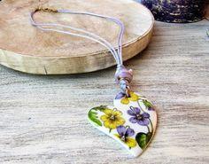Handmade necklace with porcelain pendant and violets, bijoux porcelain jewelry, ceramic violet pendant, ceramics handmade flowers bijoux di LaTavolozzaShop su Etsy