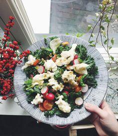 Grönkål, mozzarella, rädisor, körsbärstomater, passionsfrukt och physalis. Salta, peppra och ringla över olivolja och citronsaft.