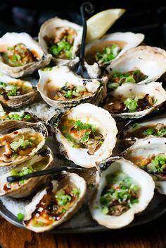 Roasted Hoisin Oysters with Scallions  www.oesterkoning.nl  De Oesterkoning komt graag op uw feest oesters € 2,10. guido@oesterkoning.nl  0031( 0) 644538529