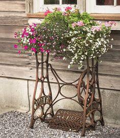 Vintage Garden Decor Creative – Beste Gartendekoration - DIY Garden Home Vintage Garden Decor, Vintage Gardening, Garden Art, Home And Garden, Bird Bath Garden, Garden Villa, Garden Whimsy, Garden Junk, Garden Boxes