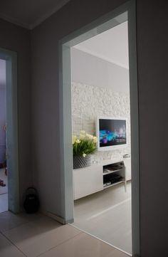 sklenená oblôžková zárubňa s emailovaneho kaleného skla Bathroom Lighting, Flat Screen, Mirror, Furniture, Home Decor, Bathroom Light Fittings, Blood Plasma, Bathroom Vanity Lighting, Decoration Home