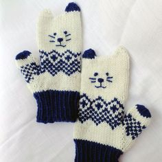 Kids and adults alike can get behind these Insanely Adorable Kitten Mittens. Whether the cold weather just refuses to let up, or you& going on an exciting ski trip, these knit mittens are going to be the cutest out there. Knitted Mittens Pattern, Knit Mittens, Knitted Gloves, Baby Knitting Patterns, Chat Crochet, Knit Or Crochet, Crochet Hats, Free Crochet, Knitting For Kids