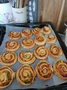 Moje jednoducho vynikajúce pizzovníky - recept | Varecha.sk French Toast, Muffin, Pizza, Breakfast, Food, Basket, Morning Coffee, Eten, Cupcakes