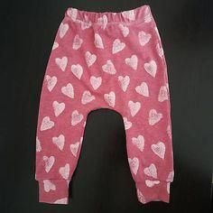 Tepláčiky sú ušité z kvalitnej elastickej teplákoviny, príjemnej na dotyk. Patenty sú elastické pre pohodlné nosenie. Harem Pants, Baby, Fashion, Moda, Harem Trousers, Fashion Styles, Harlem Pants, Baby Humor, Fashion Illustrations