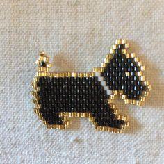 Chien noir et or #miyukibeads #miyuki #jenfiletoujoursdesperles #jenfiledesperlesetjaimeca #perlesandco #brickstitch #chien#dog