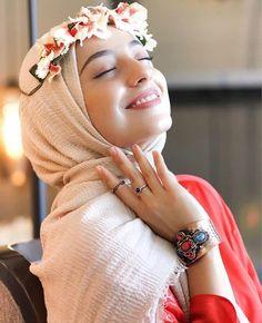 Jilbab Smile: Love it Glamorous Arab Girls Hijab, Muslim Girls, Beautiful Muslim Women, Beautiful Hijab, Hijabi Girl, Girl Hijab, Wedding Couple Poses Photography, Girl Photography, Girl Photo Poses