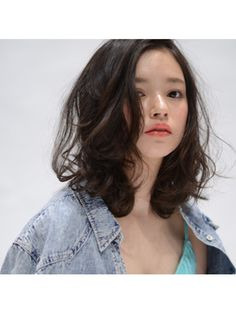 黒髪のミディアムパーマって大人可愛くて今芸能人やモデルなどの間でも大人気のヘアスタイルですよね♡ そんな黒髪のミディアムパーマですが、輪郭によって似合わせる為のポイントがあるんです!輪郭に合わせた特徴をチェックして、小顔効果のある自分に合った髪型にチェンジしちゃいましょう♫