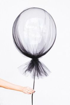 Party Inspiration for Kids Clear balloons and a swath of tulle make for sophisticated (and dead simple) Halloween decorations.Clear balloons and a swath of tulle make for sophisticated (and dead simple) Halloween decorations. Halloween Tags, Halloween Party Decor, Halloween Balloons, Halloween Birthday, Modern Halloween, Halloween Wedding Decorations, Halloween Weddings, Balloon Decorations, Classy Halloween Wedding