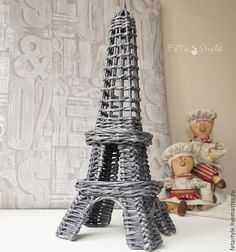 Tore Eiffel de mimbre, hecha a mano - Eiffel Tower wicker, handmade - Pучной. Recycle Newspaper, Newspaper Basket, Newspaper Crafts, Paper Weaving, Weaving Art, Willow Weaving, Basket Weaving, Hobbies And Crafts, Diy And Crafts