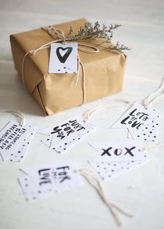 Christmas gift wrapping – Top 10 of FREE printable tags – stylish, cute & trendy Holiday Gift Tags, Christmas Gift Wrapping, Christmas Diy, Do It Yourself Decoration, Free Printable Gift Tags, Printable Labels, Brown Paper Packages, Ideias Diy, Creative Gifts