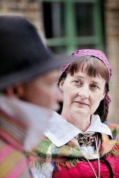 Det är hektiska dagar för Marie Ahlström och hennes vänner i Luggudegillet. Fyra framträdanden på midsommarafton och två på midsommardagen. Midsommar och folkdans hör ihop.