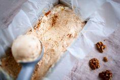 Tee helppo jäätelöherkku vain kolmesta raaka-aineesta: jugurtista, banaanista ja maapähkinävoista.  Viileistä keleistä huolimatta mieleni tekee välillä oikein täyteläistä jäätelöä. Raaka-aineet omatekoiseen jäätelöön löytyvät lähes aina keittiön kaapist