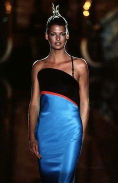 Linda Evangelista - Atelier Versace F/W Versace Fashion, 90s Fashion, Fashion Models, Fashion Beauty, Fashion Show, 1990s Supermodels, Original Supermodels, Linda Evangelista, Gianni Versace