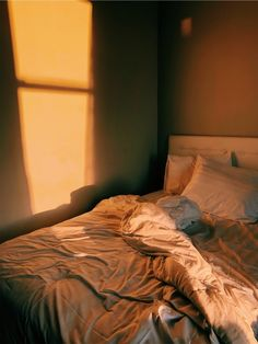 mraabe Aesthetic Rooms, Night Aesthetic, Brown Aesthetic, Messy Bed, Messy Room, Small Room Bedroom, Dream Bedroom, Bedroom Inspo, Bedroom Decor