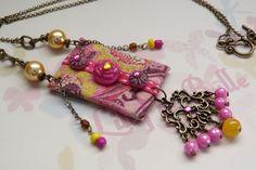 Collier textile jaune/rose et breloque bronze