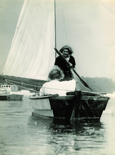 Albert Einstein navegando con Margarete Lebach, uno de sus muchos affaires.  Fotografía de Lotte Jacobi Courtesy of The Leo Baeck Institute, New York.