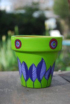 macetas pintadas a mano - ideales para regalar como souvenir o para decorar tu casa! Painted Clay Pots, Painted Flower Pots, Hand Painted Ceramics, Clay Pot Projects, Clay Pot Crafts, Pebble Painting, Pottery Painting, Painted Picnic Tables, Clay Pot People