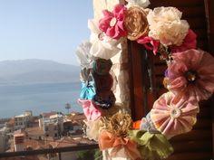 στεφάνι με λουλούδια από ύφασμα