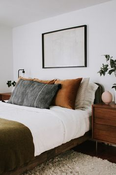 4 different ways to style bed pillows - How to make your bed like an interior designer and how to pick pillows for the bed. 4 pillow layouts and styles by Nadine Stay. #pillows #bedroomdecor #bedroominspiration #modernbedroom #westelm #overstock #nightstand #headboard #homedecor #interiordesign