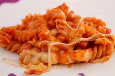 Pasta al forno filante: semplice con pochi ingredienti e per questo economica. Ideale quando si ha poco tempo da dedicare alla cucina.