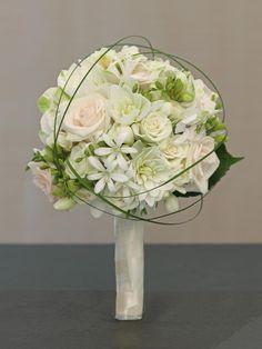 Klassischer Brautstrauß  in Weiß und Creme mit Rosen, Dahlien und Gräsern von weddingstyle.de