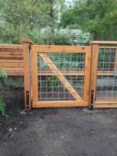 Cedar deck with hog panel railing Hog panel cedar gate – Deck Masters, llc - Portland, OR Hog Panel Fencing, Cattle Panel Fence, Hog Wire Fence, Cattle Panels, Diy Fence, Backyard Fences, Backyard Landscaping, Pallet Fence, Yard Fencing