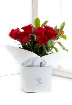 1 docena de rosas con follaje http://www.floresonline.com.ar/flores/arreglos-florales/arreglo-con-rosas-y-verde-cod-a-103/