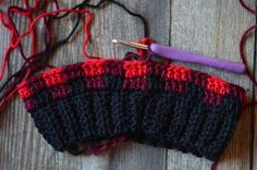 How to Crochet Buffalo Plaid - The Plaid Stitch - Whistle and Ivy Crochet Buffalo Plaid - Learn how to make Buffalo Plaid with crochet! Using simple color changes, you can achieve this classic look! Bonnet Crochet, Crochet Cap, Crochet Stitches, Crochet Patterns, Easy Crochet, Knit Hat For Men, Crochet Hat For Women, Sombrero A Crochet, Plaid Crochet