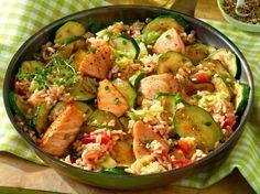 Diese Lachspfanne mit Zucchini steckt voller gesunder Nährstoffe. Mit weniger als 400 Kalorien ein tolles Gericht zum Wohlfühlen!