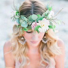 It's no secret, I'm a sucker for a #floralcrown. They add such a carefree, whimsical touch that conjures up thoughts of bohemian romance and femininity. I especially love the loose nature of this crown, a little wild with bits of eucalyptus and greenery. All giving it that gorgeous #organic feel, as though it was just picked from the garden. As they say #allgoodthingsarewildandfree. Show me some #doubletap love if you agree. ------------------------------------------------- Florals…