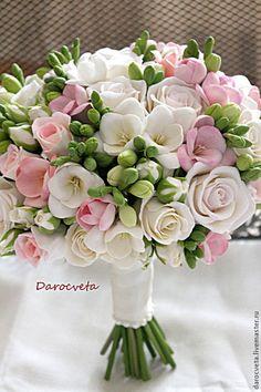 Купить или заказать Свадебный букет из фрезий и роз в интернет-магазине на Ярмарке Мастеров. Свадебный букет состоит из цветов ручной работы. Фрезии и розы изготовлены из флористической японксой глины. Тонированы масляными красками. Ножка букета украшена атласной лентой цвета айвори и керамическим жемчугом. Вес букета почти не отличается от живых цветов ( с поправкой на проволоку, может быть слегка тяжелее…
