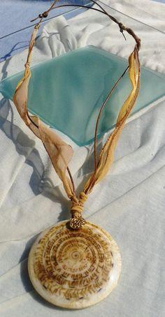 Collar en seda pintada a mano y cuero aspecto rústico,  colgante concha caracol de Bali.