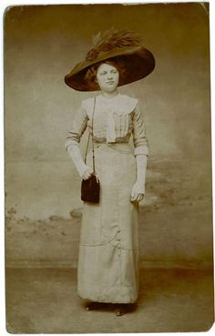 1910, big hat on a 16 yr old, shows buttons on bottom of skirt, lace cuffs, lace collar, shoulder bag style purse