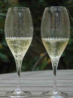 Soupe champenoise, une recette Marmiton ( ou Soupe de Champagne )  Ingrédients pour 6 personnes •    1 bouteille de vin pétillant (mousseux ou Champagne) •    1 louche de pulco citron vert (ou équivalent) •    1 louche de cointreau •    1/2 louche de sucre de canne liquide  Mélangez les 3 derniers ingrédients ensemble et, au moment de servir, ajoutez le vin pétillant bien frais.