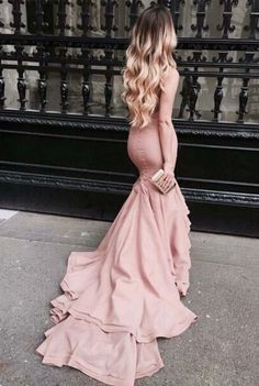 So pretty... I would love to wear this to Prom <3