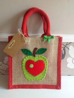 Items similar to Flower gift, felt motif jute bag. Lunch bag/gift bag/present/thank you on Etsy Hessian Bags, Jute Bags, Apple Gifts, Teacher Bags, Presents For Teachers, Diy Tote Bag, Fabric Bags, Cloth Bags, Handmade Bags