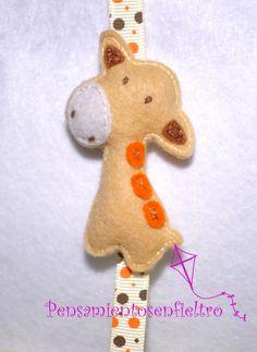 Chupetero de fieltro : Jirafa con lazo estrecho  burbujas naranjas-marrones y pinza metálica
