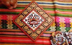 ****Trujillo-Ciudad de la eterna primavera**** Trujillo y toda la región La Libertad, mantiene diversas tradiciones artesanales como la talla en madera, la filigrana de plata, los pellones sampedranos, los ponchos y mantos de lana de Otuzco, Huamachuco y Pataz. Además se realizan trabajos en paja y cuero repujado.